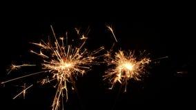 Sparklers Χριστουγέννων καψίματος που απομονώνονται σε ένα μαύρο υπόβαθρο απόθεμα βίντεο