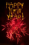 Sparklers do ano novo feliz com fogos-de-artifício cor-de-rosa fotografia de stock royalty free
