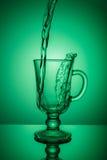 sparkling vatten Den dynamiska grova spiken, törstar att släcka på en varm dag Arkivbild