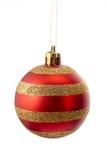 Sparkly золото и красный striped шарик рождества изолированные на белизне Стоковые Фотографии RF