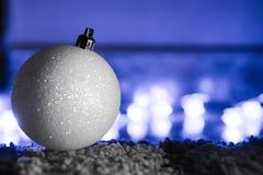 Sparkly шарик белого рождества Стоковые Фотографии RF