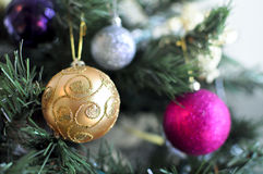 Sparkly bollprydnader på julgranen Royaltyfri Bild