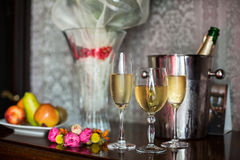 Sparkly champagne in three glasses near a floral wreath in bride Royalty Free Stock Photos