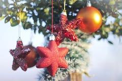 Sparkly Herz- und Balldekoration für neues Jahr und Weihnachten Stockfoto