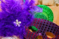 Sparkly Mardi Gras Mask och hatt med lilafjädrar och bergkristaller fotografering för bildbyråer