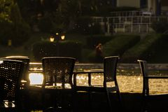 Sparkly opróżnia krzesła przy słońca odbiciem obrazy stock