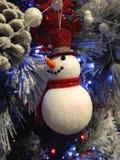 Sparklysneeuwman het hangen op een witte Kerstboom stock afbeelding