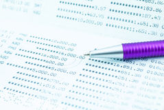 Sparkonto-Sparbuch mit purpurrotem Stift Stockfotos