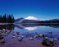 Sparks Lakereflexion av den södra systern, Oregon Arkivbilder