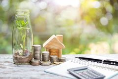 Sparplan, in den Immobilien mit simulierten Häusern und Münzen zu investieren Konzept für Eigentumsleiter, stockbild