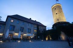 Sparrenburgkasteel Bielefeld Duitsland in de avond Stock Afbeelding