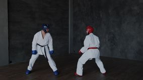 Sparring of enige duels in taekwondoklasse Leerlingen die in een het vechten houding schoppen Krachtige aanval en defensietactiek stock video