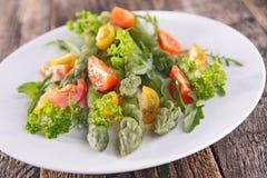 Sparris och tomater Arkivfoton
