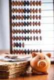 Sparschwein auf altem Buch Stockfotografie