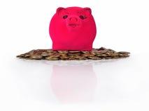 Sparschwein auf den Stapel von Goldmünzen auf einem Weiß Stockfotografie