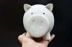 Sparschwein auf Frauenhand lizenzfreie stockbilder