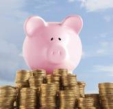 Sparschwein auf goldener Münze Lizenzfreies Stockbild