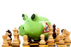 Sparschwein auf Schachbrett Lizenzfreies Stockfoto