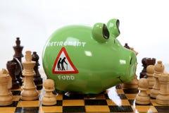 Sparschwein auf Schachbrett Stockbild