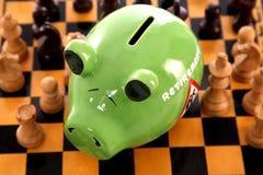 Sparschwein auf Schachbrett Lizenzfreie Stockbilder