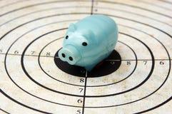 Sparschwein auf Zielkonzept Lizenzfreie Stockfotos
