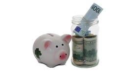 Sparschwein, das auf Gelddollar und -Euros steht stockfotografie