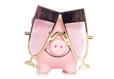 Sparschwein, das Champagne-Parteigläser trägt Lizenzfreies Stockbild
