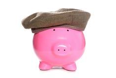 Sparschwein, das ein Armeebarett trägt Stockbild