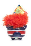 Sparschwein, das einen Clownhut trägt Lizenzfreies Stockbild