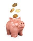 Sparschwein, das fallende Münzen betrachtet Lizenzfreie Stockfotos