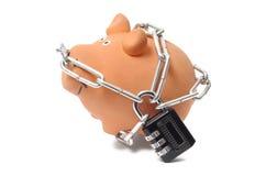 Sparschwein in den Ketten mit Vorhängeschloß lizenzfreie stockfotos