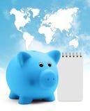 Sparschwein mit Blockanmerkung auf Planetenkartenhintergrund des blauen Himmels Lizenzfreies Stockbild