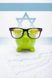 Sparschwein mit Flagge auf Hintergrund - Israel Stockfoto