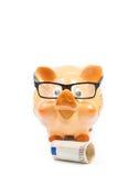 Sparschwein mit Gläsern nahe Banknote des Euros fünfzig, Konzept für Geschäft und sparen Geld Stockfoto