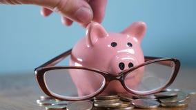 Sparschwein mit Glasbuchhalter-Finanzierkonzept Wachsendes Geld und Sparschwein des Geldstapelstapelschrittes Konzept stock footage