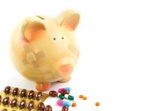 Sparschwein mit medizinischen Flecken und Pillen Stockbild