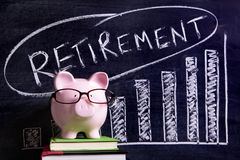 Sparschwein mit Ruhestandsspareinlagenmitteilung Stockbild