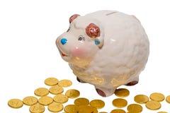 Sparschwein u. goldene Münzen Lizenzfreie Stockfotos