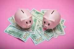 Sparschwein und Geld auf rosa Pastellhintergrund stockbilder