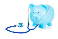 Sparschwein und Stethoskop lokalisiert auf weißem Hintergrund Lizenzfreies Stockbild