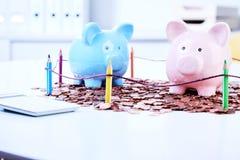 Sparschweine, die auf Münzen stehen Lizenzfreie Stockbilder