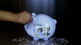 Sparschweinmünzentropfen des schwarzen Raumes, der Sparschwein-Spareinlagen RMB und der Strahlnlichter stock video