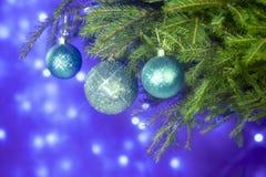 Spartakken en Kerstmisdecoratie op een donkerblauwe achtergrond De achtergrond van Kerstmis Selectieve nadruk Stock Foto