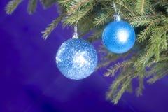 Spartakken en Kerstmisdecoratie op een donkerblauwe achtergrond De achtergrond van Kerstmis Selectieve nadruk Plaats voor tekst Royalty-vrije Stock Fotografie