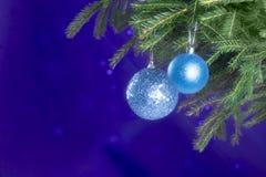 Spartakken en Kerstmisdecoratie op een donkerblauwe achtergrond De achtergrond van Kerstmis Selectieve nadruk Plaats voor tekst Stock Afbeeldingen