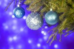Spartakken en Kerstmisdecoratie op een donkerblauwe achtergrond De achtergrond van Kerstmis Selectieve nadruk Plaats voor tekst Royalty-vrije Stock Foto's