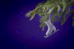 Spartakken en Kerstmisdecoratie op een donkerblauwe achtergrond De achtergrond van Kerstmis Selectieve nadruk Plaats voor tekst Royalty-vrije Stock Foto