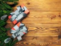 Spartakken op de houten raad Verpakte giftdozen Het concept van Kerstmis en van het Nieuwjaar stock foto