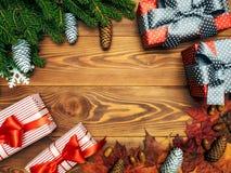 Spartakken op de houten raad Verpakte giftdozen Het concept van Kerstmis en van het Nieuwjaar stock foto's