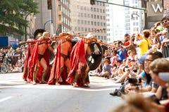 Spartan Warriors Ready Their Spears i Atlanta Dragon Con Parade Arkivfoton